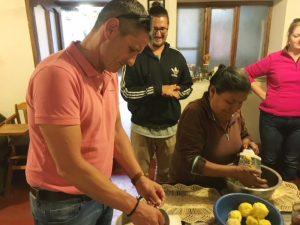 Kartoffeln werden für das Essen gerieben