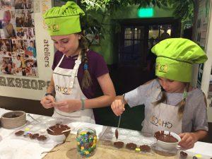 Kinder beim Schokoladen-Workshop