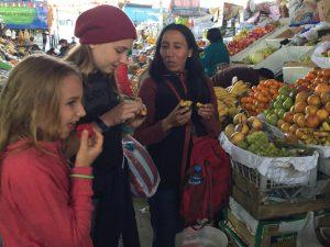 Kinder auf dem Markt von Lima