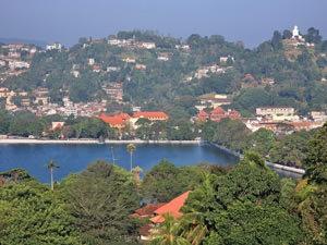 Kandy Sri Lanka reizen - meer tussen heuvels
