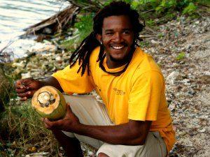 Reizen Belize - Man met kokosnoot