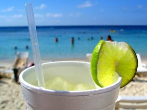 Mit einem kühlen Getränk am Strand relaxen