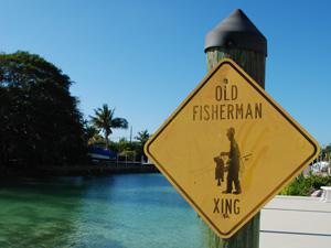 Ein Warnschild warnt (aus Spaß) vor alten Fischern