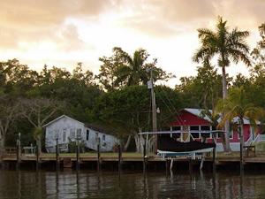Holzhäuser in der subtropischen Wildnis