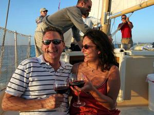 Ein Gläschen Wein genießen auf einem Segelschiff
