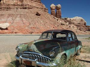 Oldtimer am Wegesrand beim Monument Valley