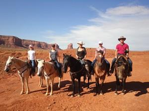 Ausritt zu Pferde durchs Monument Valley