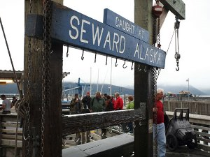 Ein Willkommensschild am Hafen von Seward am Kenai Fjords Nationalpark
