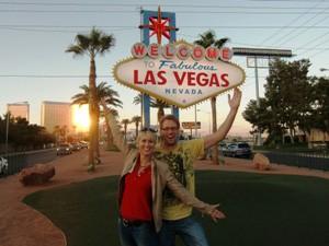 Ein Pärchen posiert vor dem Las Vegas Schild