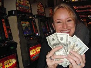 Eine glückliche Gewinnerin im Casino