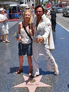 Elvis und ein Fan am Walk of Fame