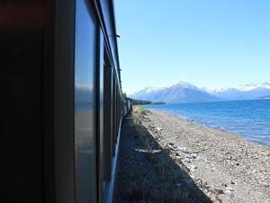 Zugfahrt entlang der Fjorde