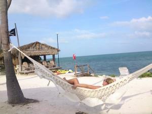 Entspannt in einer Hängematte am Strand der Keys die Sonne genießen