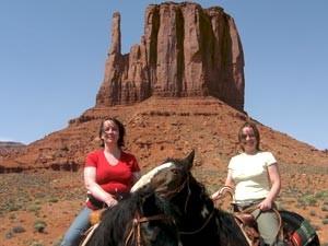 Reiten Sie durch die rote Wüste des Monument Valley