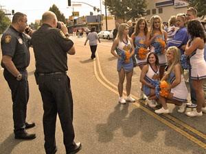 Cheerleader beim Fototermin mit der Polizei