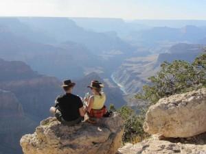 Ein Pärchen genießt den Blick über den Grand Canyon
