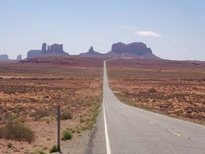USA-Roadtrip-Felsen-des-Monument-Valley-in-der-Ferne