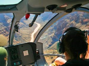 Blick vom Helikopter aus auf die Schluchten