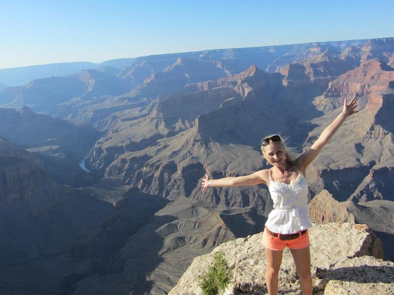 Posieren vor den Schluchten des Grand Canyons