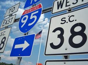 Schilder weisen zur Autobahn