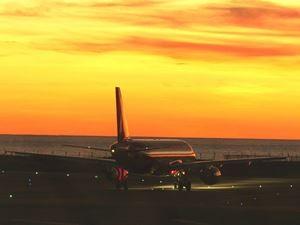 Flugzeug auf dem Weg zur Startbahn