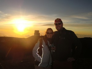 Paar beim Sonnenuntergang am Maunakea auf Hawai'i Island