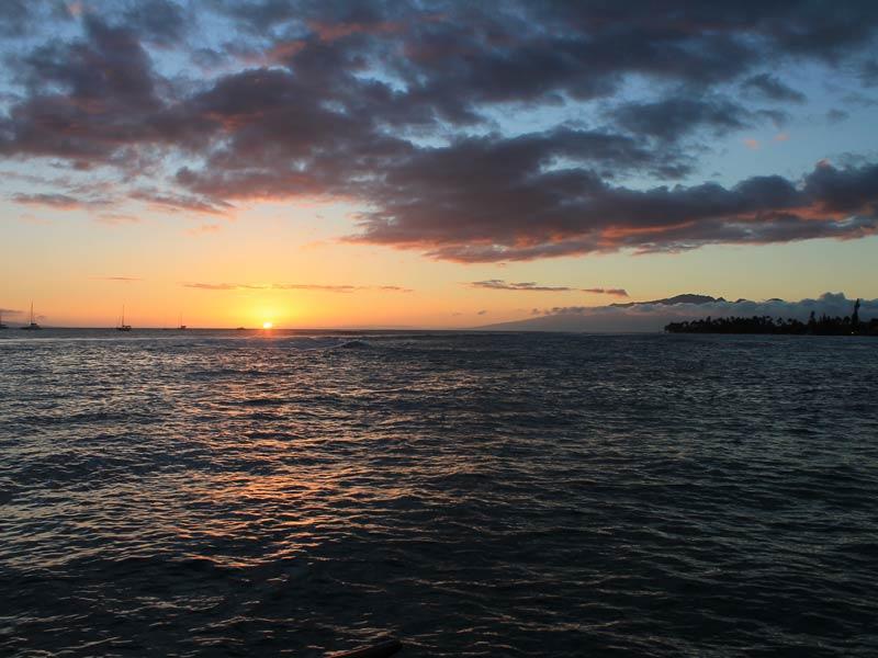 Segeln Sie in den Sonnenuntergang