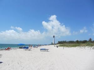 Blauer Himmel und weißer Strand Cooca Beach
