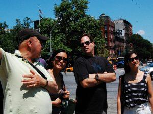 Gruppe von Touristen, die nach dem Weg fragt