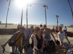 Mit dem Fahrrad entlang des Strands in Los Angeles