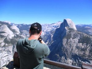 Fotograf von hinten im Yosemite Nationalpark