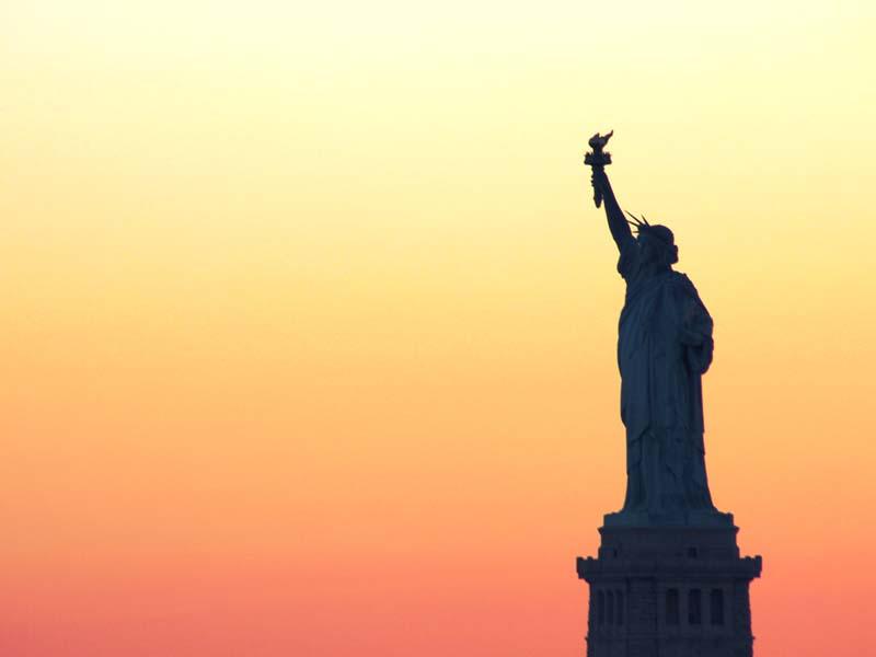 Freiheitsstatue bei Sonnenuntergang