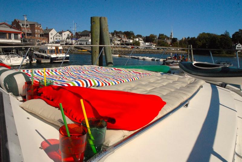 Sonne auf dem Bootsdeck genießen