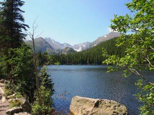 Blick auf einen See mit den Rocky Mountains im Hintergrund