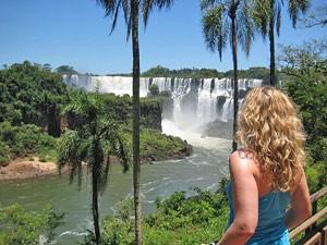 Touristin schaut auf die Wasserfälle