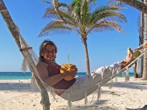 brasilien-strand-haengematten-touristin