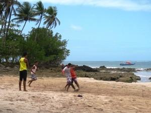 Fußball am Strand auf Tinhare