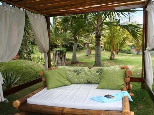 Im Garten des Hotels entspannen