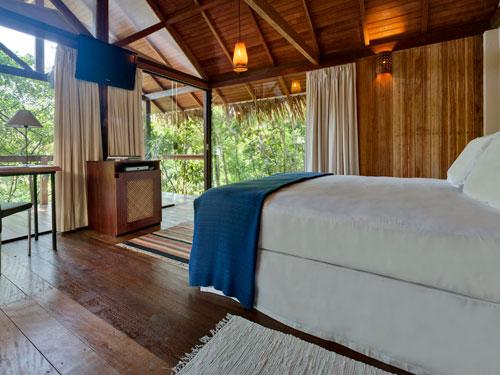 Komfortables Zimmer mit Blick in den Dschungel