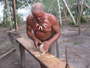 Mann arbeitet an langem Holztisch