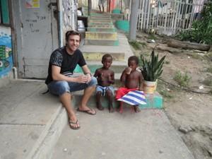 Mann sitzt mit zwei Kindern auf Stufen