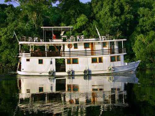 Typisches Kreuzfahrtschiff auf dem Amazonas
