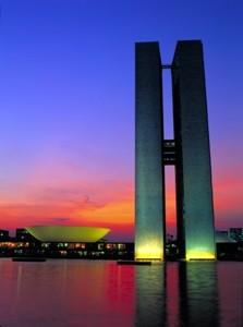 Gebäude in Brasilia bei Nacht beleuchtet