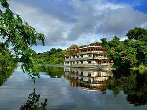 Amazonasschiff auf einem Fluss