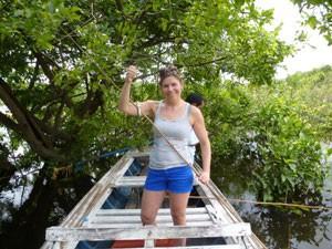 Touristin auf einem Kanu beim Fischen