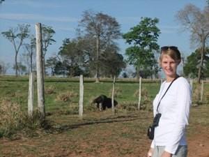Tourist mit Ameisenbär im Hintergrund