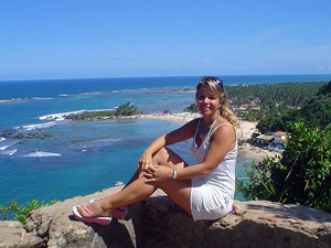 Touristen auf einem Aussichtspunkt oberhalb der Insel