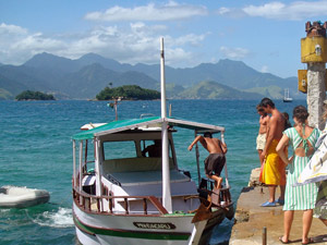 Boot mit Einheimischen am Anlegesteg