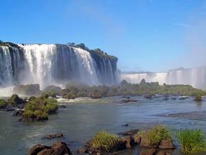 Gewaltige Wassermaßen am Foz do Iguacu in Brasilien