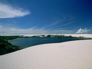 Weiße Düne und blaue Lagune im Lencois Maranhenses Nationalpark